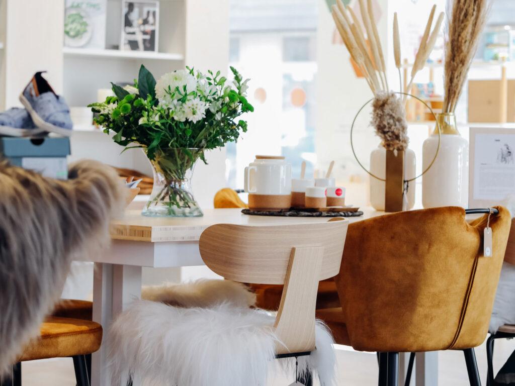 Tafel met verschillende eetkamerstoelen en vazen